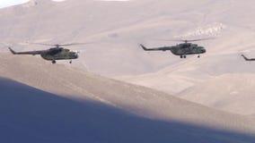 Hélicoptères militaires volant dans les montagnes banque de vidéos