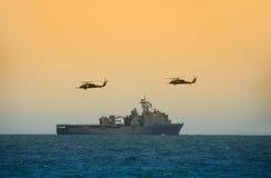 Hélicoptères planant au-dessus du bateau Photo stock