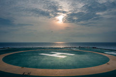 Hélipont de plate-forme en mer dans le golfe de Thaïlande le temps de nigkt avec la lune, image stock