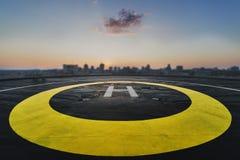Héliport sur le toit d'un gratte-ciel avec la vue de paysage urbain Image libre de droits