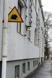 Hérisson d'attention de poteau de signalisation sur une maison à Helsinki photo stock