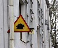 Hérisson d'attention de poteau de signalisation sur une maison à Helsinki image stock