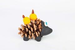 Hérisson de cône et de pâte à modeler de pin Images libres de droits
