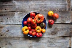 Héritage d'été et tomates de biftek sur la belle table en bois véritable Photos stock