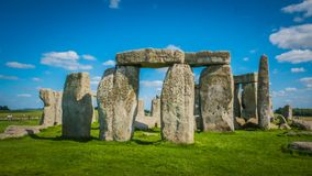 Héritage de l'UNESCO de Stonehenge dans la voie de base BRITANNIQUE de vue de face un jour ensoleillé images stock