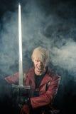 Héroe agresivo de la fantasía con la espada a disposición Imágenes de archivo libres de regalías