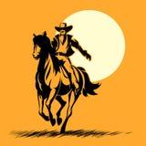 Héroe del oeste salvaje, caballo de montar a caballo de la silueta del vaquero Fotos de archivo