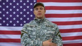Héros américain fier mettant la main sur le coeur, Jour de la Déclaration d'Indépendance, amour au pays banque de vidéos
