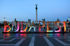 Héros carrés à Budapest avec le signe en bois photos stock