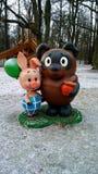 Héros de la bande dessinée soviétique - Winnie the Pooh avec le pot et le porcelet de miel avec un ballon Photographie stock libre de droits
