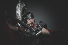 Héros, légionnaire romain prétorien et manteau, armure et épée rouges Photo stock