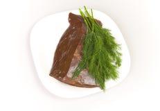 Hígado de la carne de vaca con eneldo en la placa blanca imagen de archivo libre de regalías