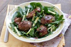 Hígado de pollo y ensalada de la espinaca con la manzana y la cebolla verdes Fotografía de archivo
