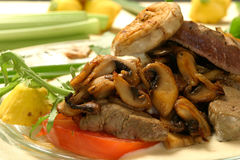 Hígado y setas de la carne de vaca Imagen de archivo