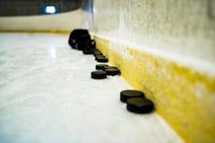 Hóquei em gelo, disco de hóquei fotografia de stock