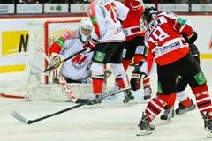 Hóquei em gelo perto dos jogadores Metallurg (Novokuznetsk) e Donbass da porta (Donetsk) Fotos de Stock Royalty Free