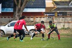 hóquei exterior Jogador de hóquei na ação durante os jogos nacionais de Tailândia imagem de stock royalty free