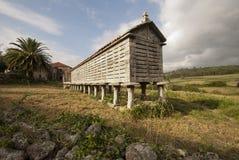 Hórreo und Pfarrhaus. Lizenzfreies Stockfoto