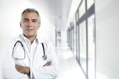 Hôpital aîné de docteur d'expertise grise de cheveu Photographie stock libre de droits