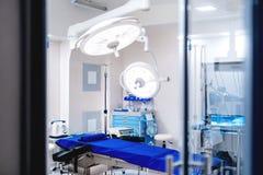 Hôpital moderne avec des détails de salle d'opération Pièce vide de chirurgie de secours avec le matériel médical photos libres de droits