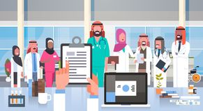 Hôpital Team Group Of Arab Doctors médical dans les personnes modernes de musulmans de personnel hospitalier de clinique illustration libre de droits