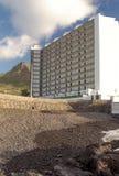 Hôtel à côté d'une montagne Photographie stock