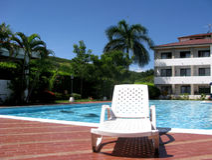 Hôtel avec sa piscine Images stock