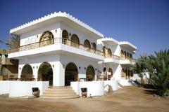 Hôtel blanc sur le bord de mer Photographie stock