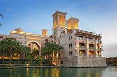 Hôtel cinq étoiles de luxe après coucher du soleil Photos libres de droits