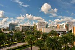 Hôtel coloré sur le ciel bleu nuageux à la région d'Universal Studios photographie stock