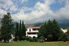Hôtel contre des montagnes Images libres de droits
