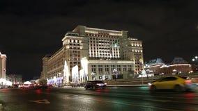 Hôtel d'illumination de vacances de Noël et de nouvelle année et de quatre saisons la nuit moscou Russie banque de vidéos