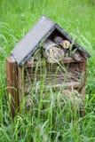 Hôtel d'insecte dans la longue herbe photographie stock libre de droits