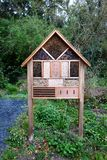Hôtel d'insecte dans le jardin sauvage photos stock