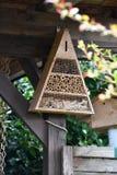 Hôtel d'insecte dans un jardin photographie stock libre de droits