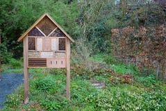 Hôtel d'insecte dans un jardin sauvage image libre de droits