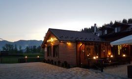 Hôtel dans les montagnes, vacances tranquilles en dehors de la ville dans le natur Photos libres de droits