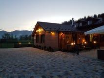 Hôtel dans les montagnes, vacances tranquilles en dehors de la ville dans le natur Image libre de droits