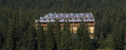 Hôtel dans une montagne image libre de droits