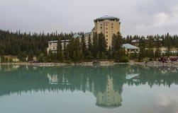 Hôtel de château de Fairmont reflété dans Lake Louise photographie stock