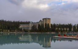 Hôtel de château de Fairmont reflété dans Lake Louise photo stock