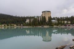Hôtel de château de Fairmont reflété dans Lake Louise photo libre de droits