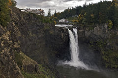 Hôtel de Coutryside s'arrêtant sur une falaise près de la cascade à écriture ligne par ligne Photographie stock libre de droits