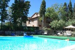 Hôtel de ferme avec la piscine photo libre de droits