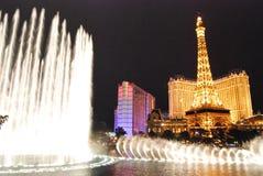 Hôtel de Paris et casino, Las Vegas, point de repère, nuit, fontaine, caractéristique de l'eau Image libre de droits