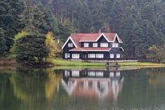 Hôtel de village parmi des arbres Images libres de droits