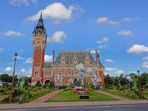 Hôtel de ville de Calais, France, avec le parc dans l'avant un jour ensoleillé avec le ciel bleu clair photo libre de droits