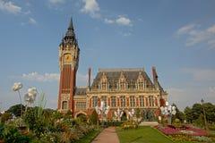 Hôtel de ville de Calais, France, un jour ensoleillé avec le ciel bleu clair photographie stock