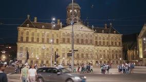 Hôtel de ville d'Amsterdam la nuit - AMSTERDAM - LES PAYS-BAS - 19 juillet 2017 banque de vidéos