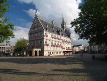 Hôtel de ville de ville de XVème siècle du Gouda en heure d'été. Image libre de droits